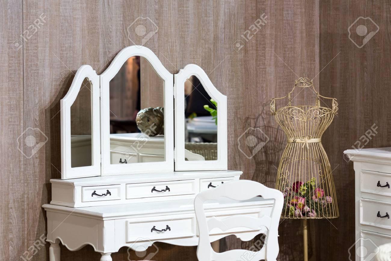 Klassische Schlafzimmer Interieur Mit Weißen Schminktisch ...