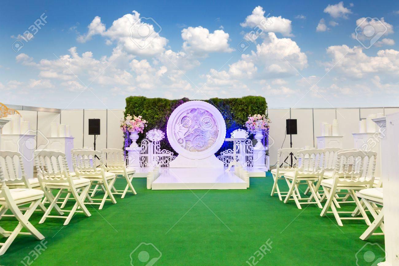 Salle De Mariage à Lextérieur Avec Une Horloge Grandes Des Fleurs Et Des Chaises