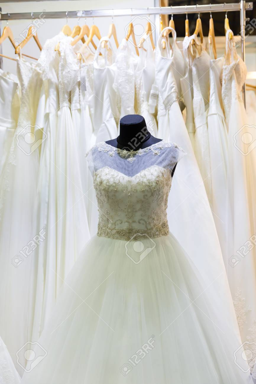 Vestido De Novia En Maniquí En La Tienda