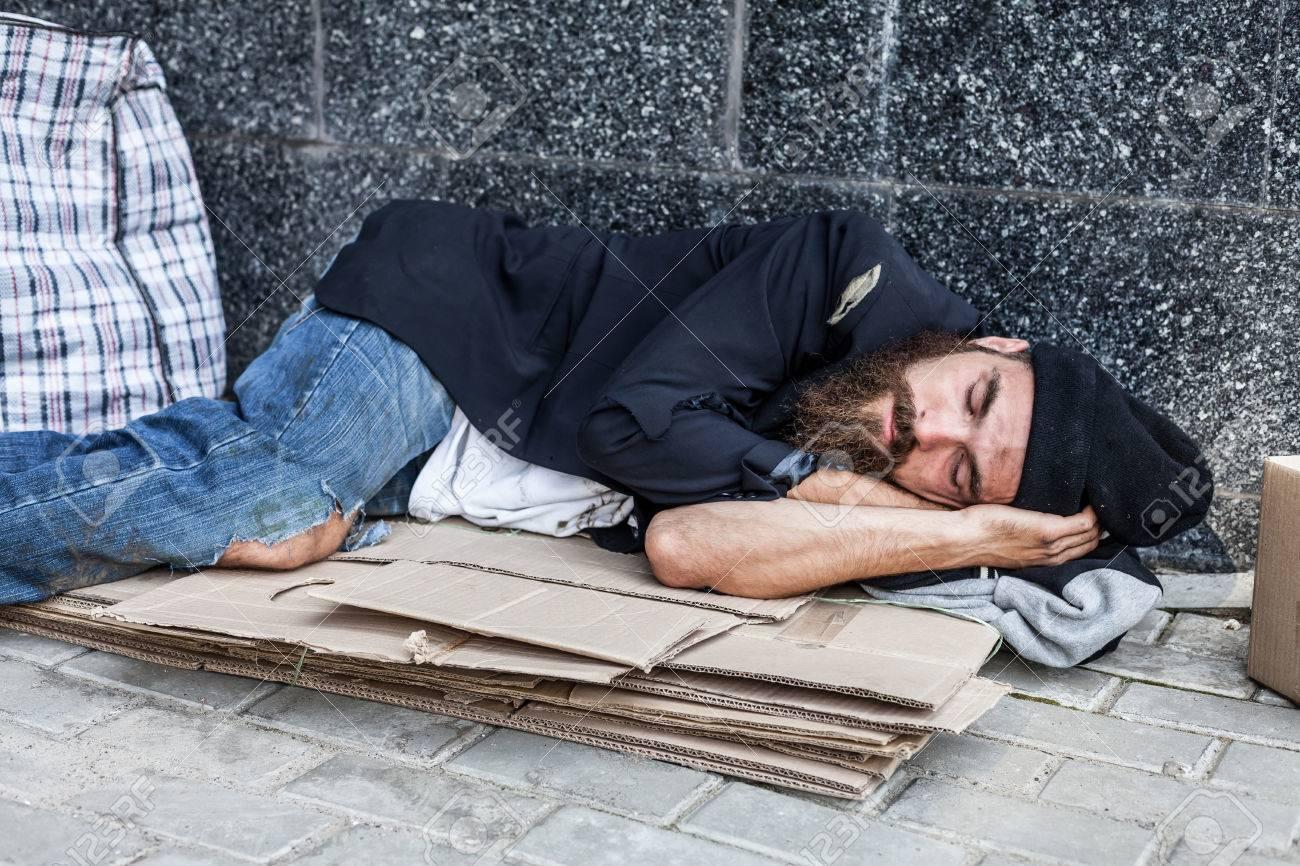 Los Sin Techo Están Durmiendo En El Cartón En La Calle Fotos Retratos Imágenes Y Fotografía De Archivo Libres De Derecho Image 63489150