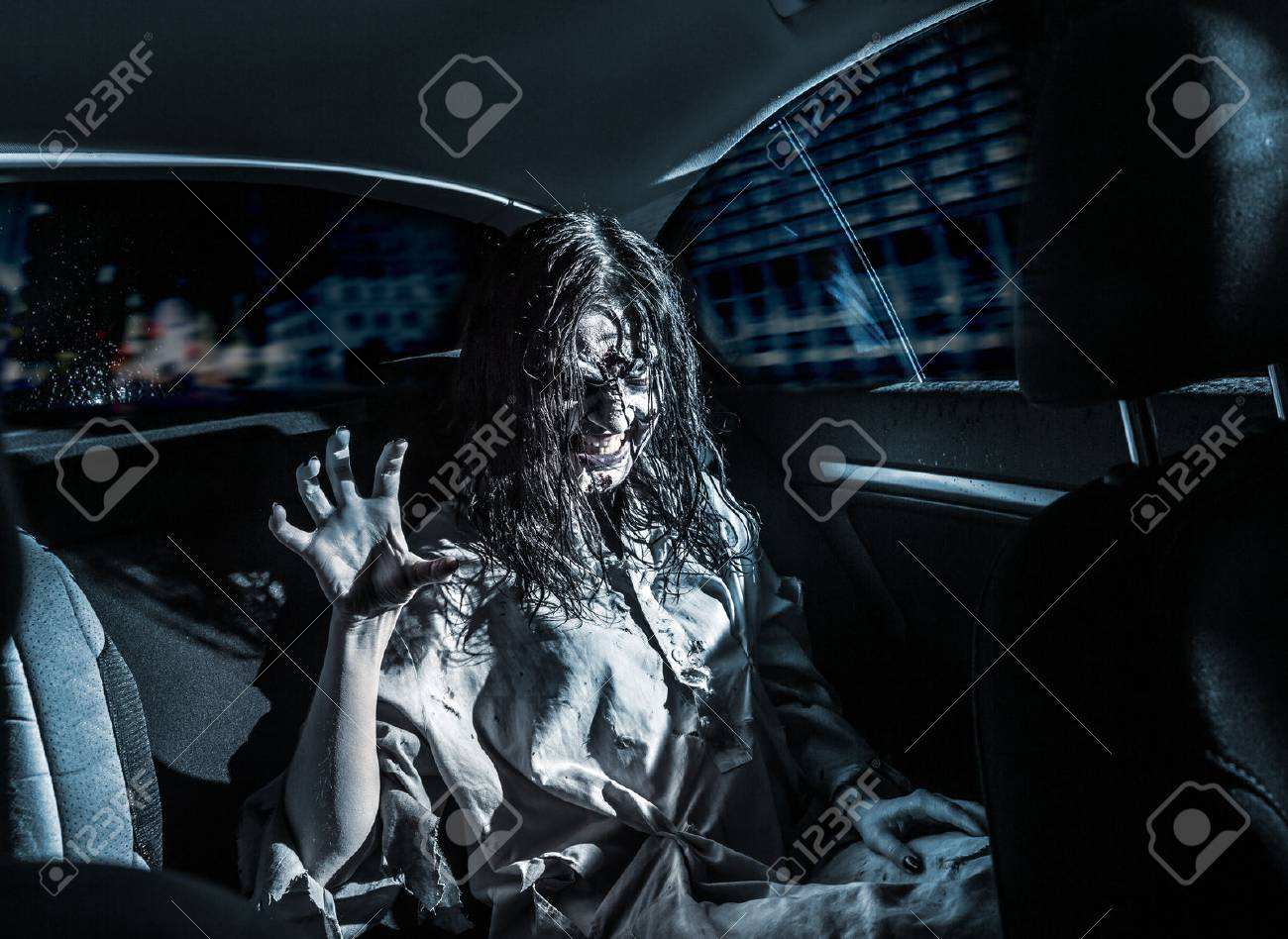 banque dimages la femme zombie dhorreur avec le visage sanglant dans la voiture la ville de nuit en arrire plan effrayant halloween - Zombie Voiture