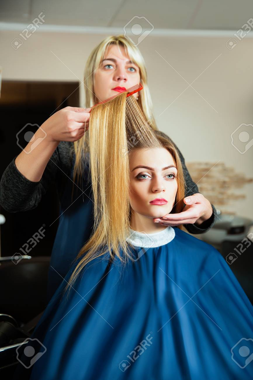 Professionelle Friseur Macht Frisur Mit Haarbürste In Der Hand Junge