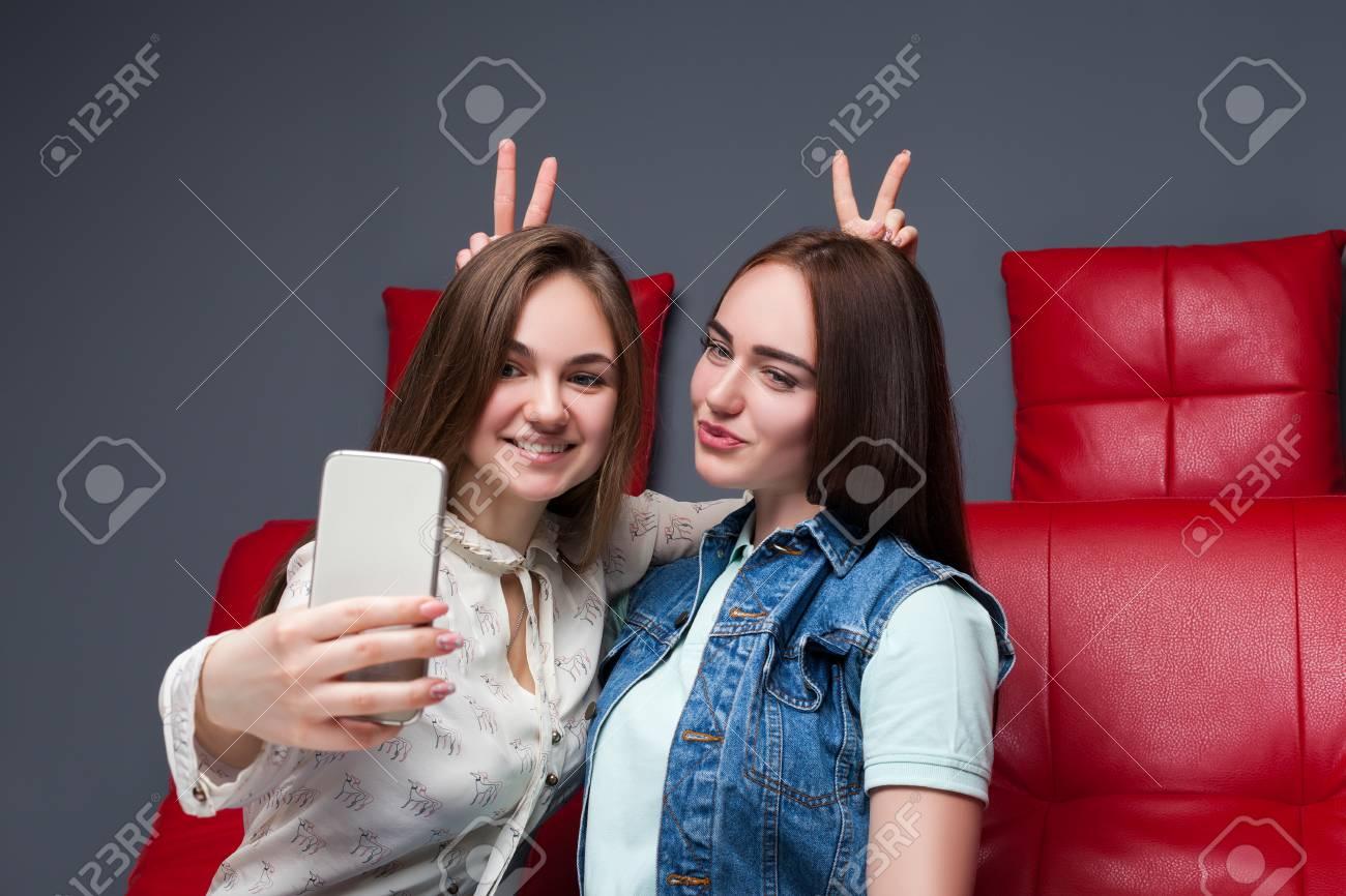 Dos Amigas Divertidas Hacen Selfie En Cámara Fotos Retratos