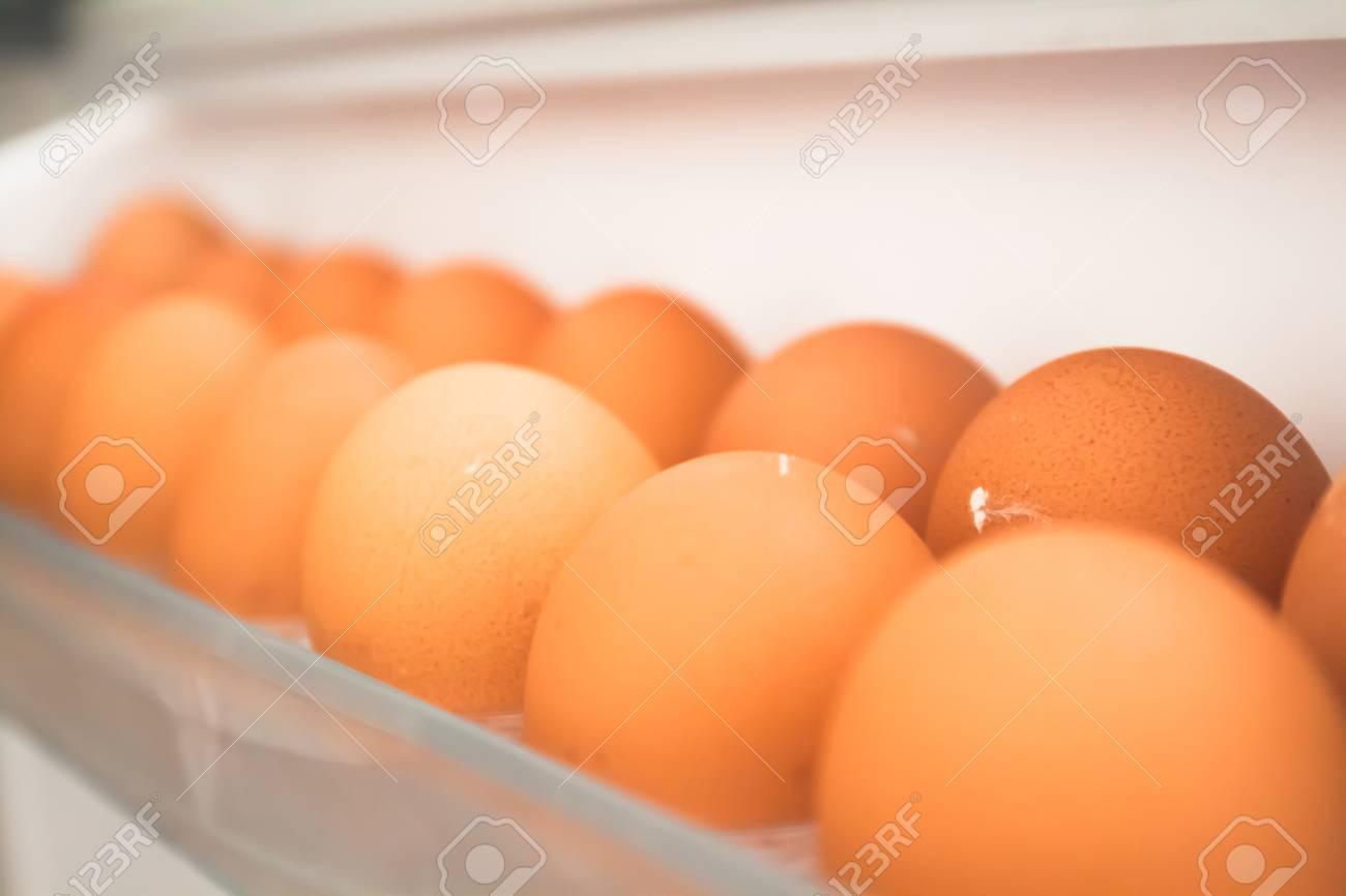 Kühlschrank Ei : Hühnerei aus dem kühlschrank eier auf dem regal des kühlschranks