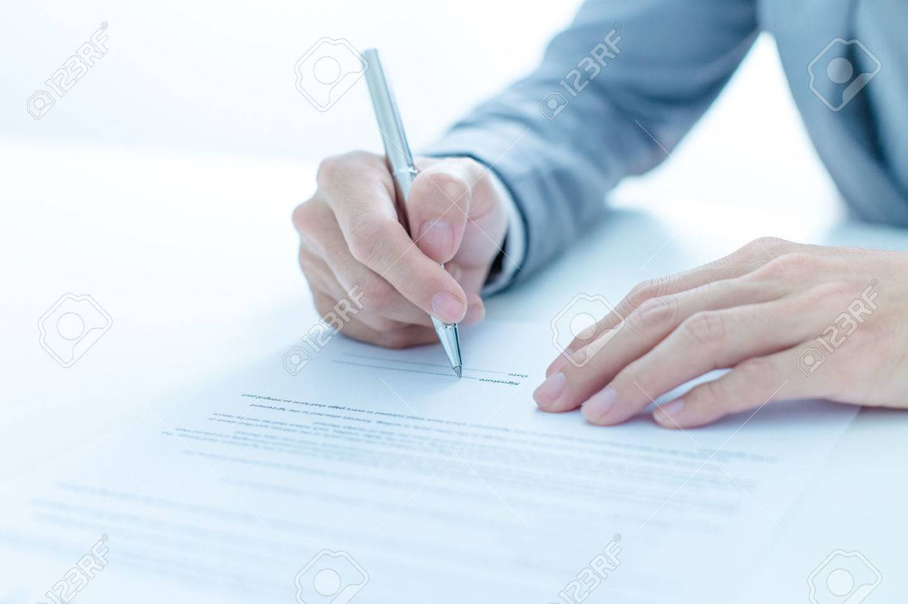 Business man signing a contract Stock Photo - 37314896
