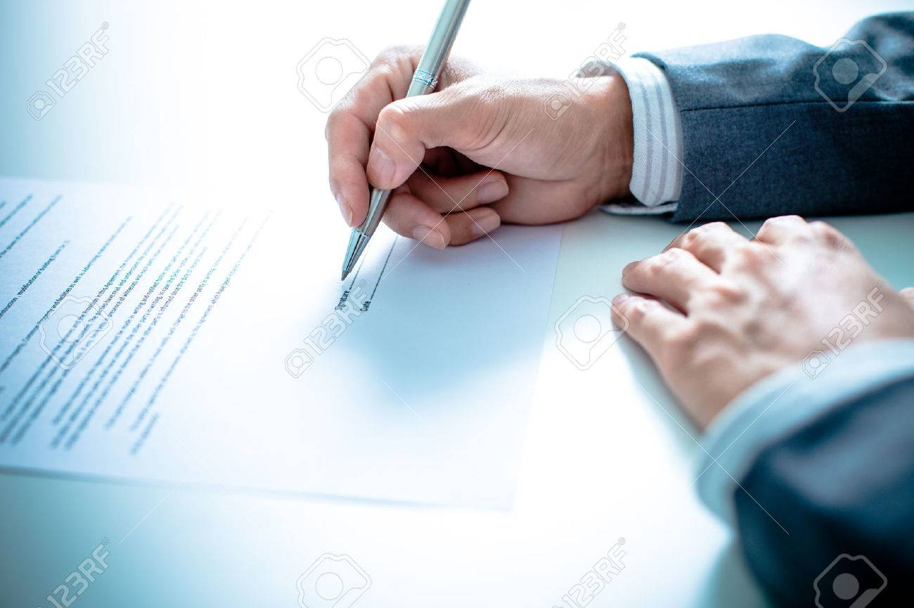 Business man signing a contract Stock Photo - 37886790