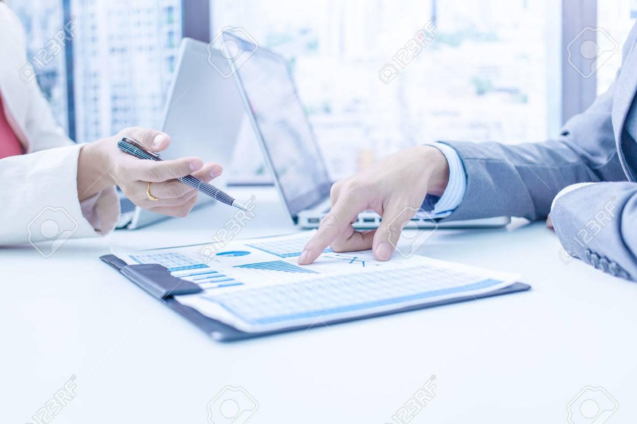 Les gens d'affaires discutant des tableaux et des graphiques montrant les résultats de leur travail d'équipe réussie Banque d'images - 45665914