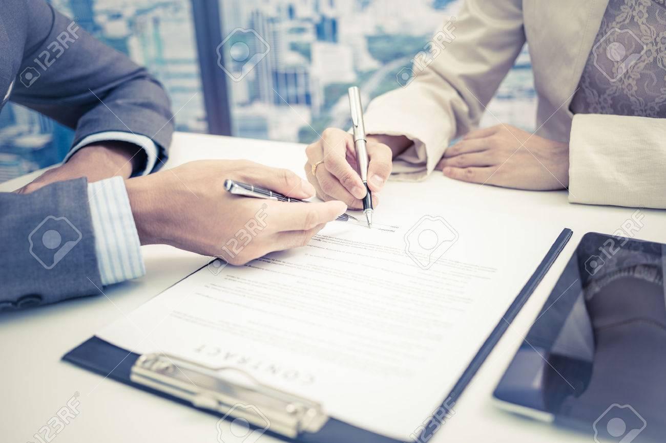 Homme main signature du contrat. Banque d'images - 46206842