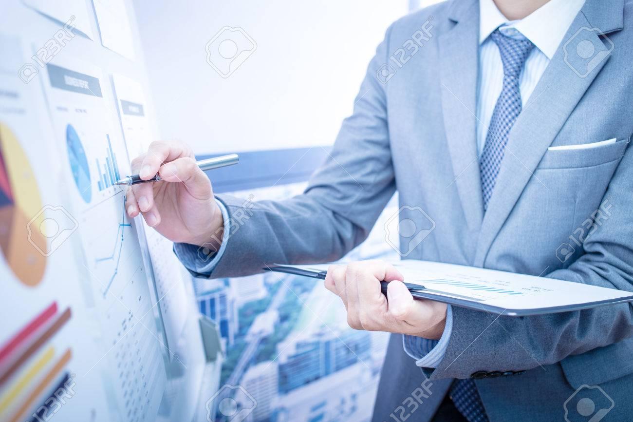 Businessman analyse graphiques d'investissement. Comptabilité Banque d'images - 46625919