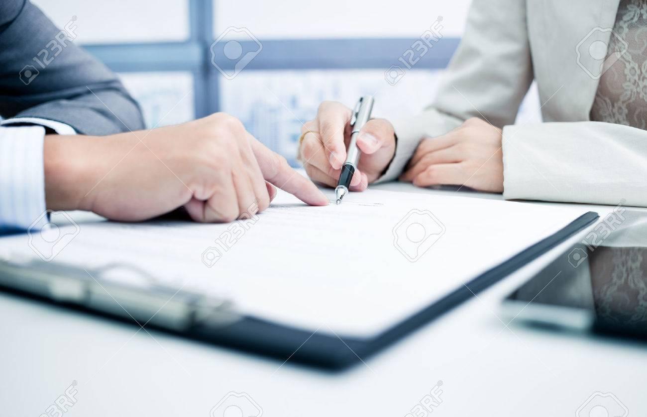 Homme main signature du contrat. Banque d'images - 46626413