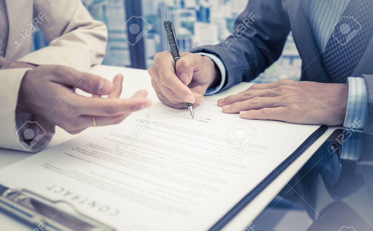 Business man signing a contract Stock Photo - 47073670