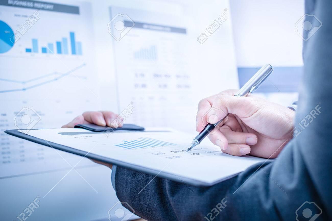 Businessman analyse graphiques d'investissement. Comptabilité Banque d'images - 47346437
