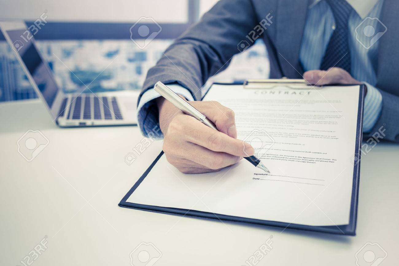 Business man signing a contract Stock Photo - 47832995