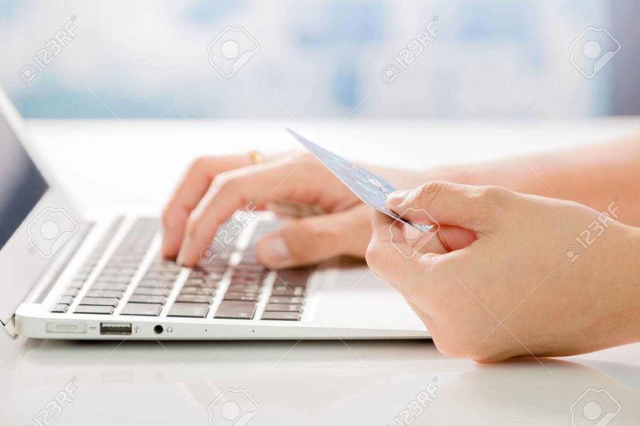Femme Mains tenant la carte de crédit et en utilisant un ordinateur portable. Shopping en ligne Banque d'images - 48439512