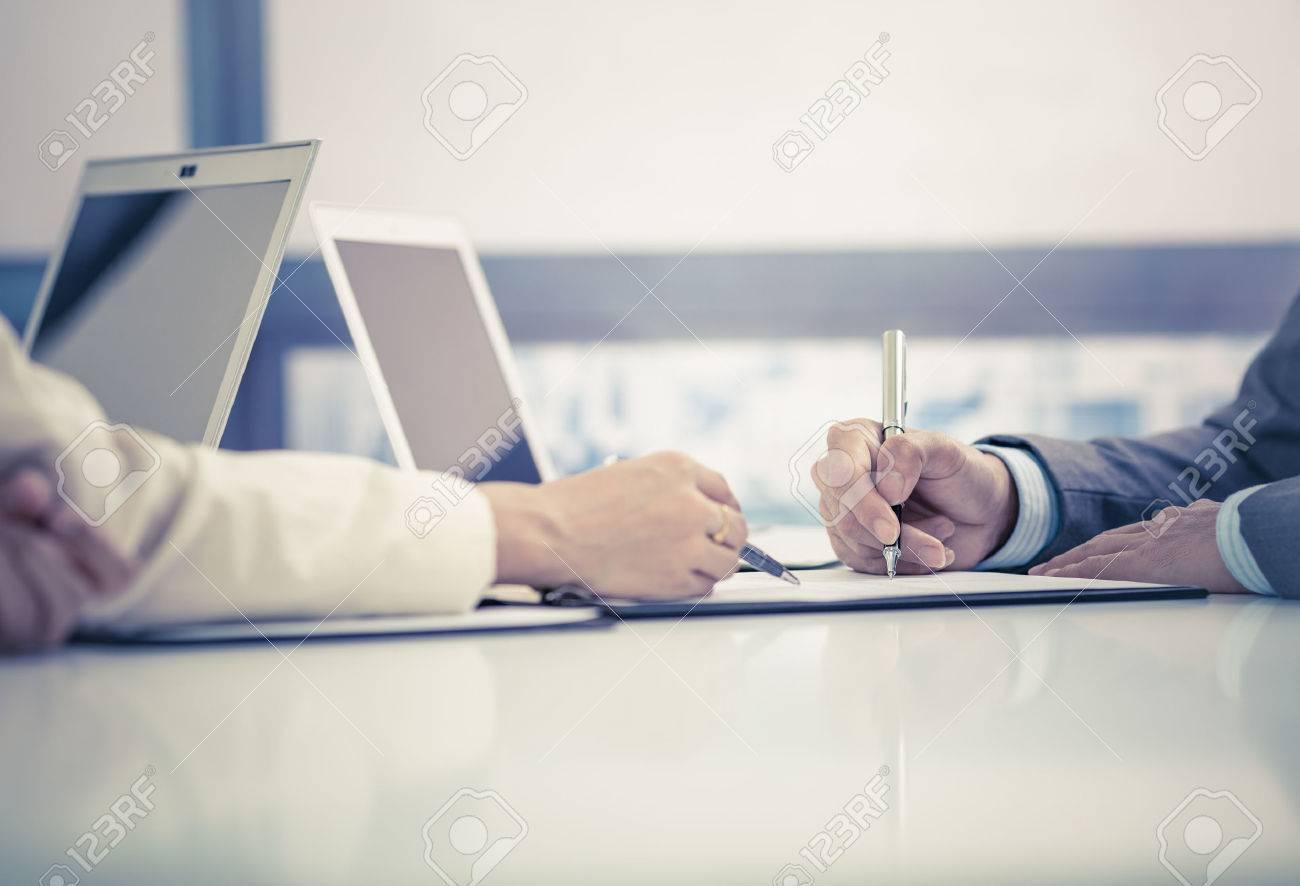 L'homme d'affaires de signer un contrat Banque d'images - 48439560