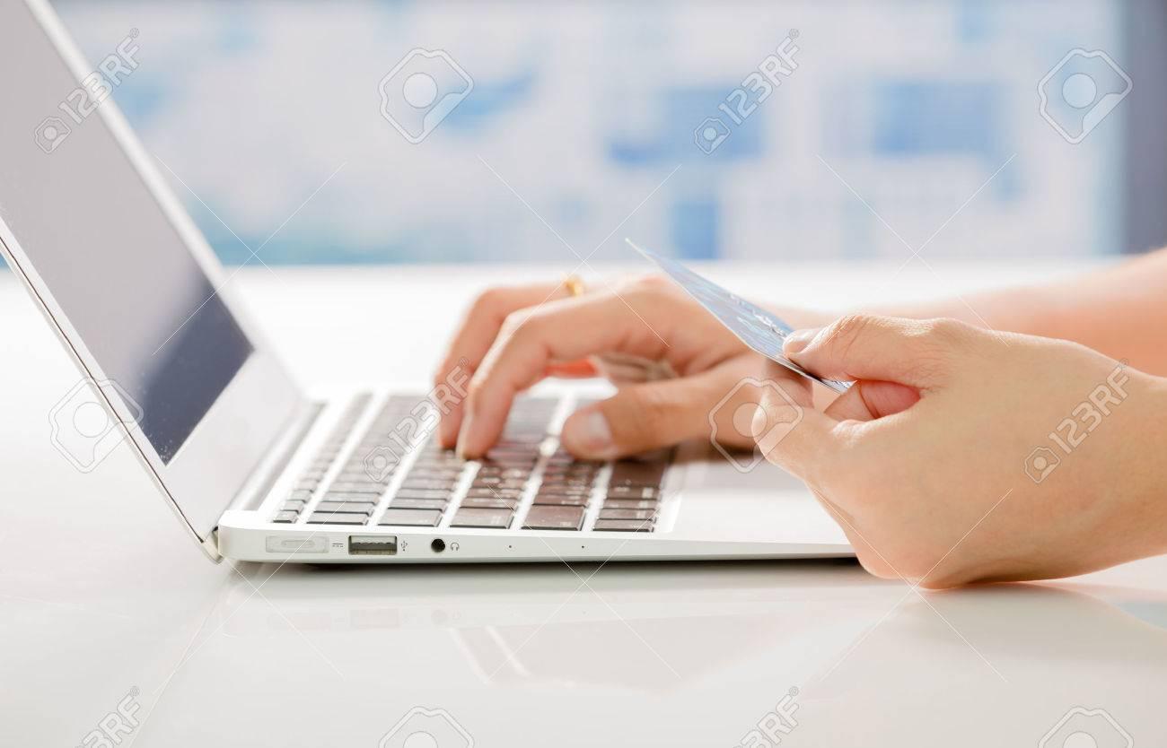Femme Mains tenant la carte de crédit et en utilisant un ordinateur portable. Shopping en ligne Banque d'images - 48791041