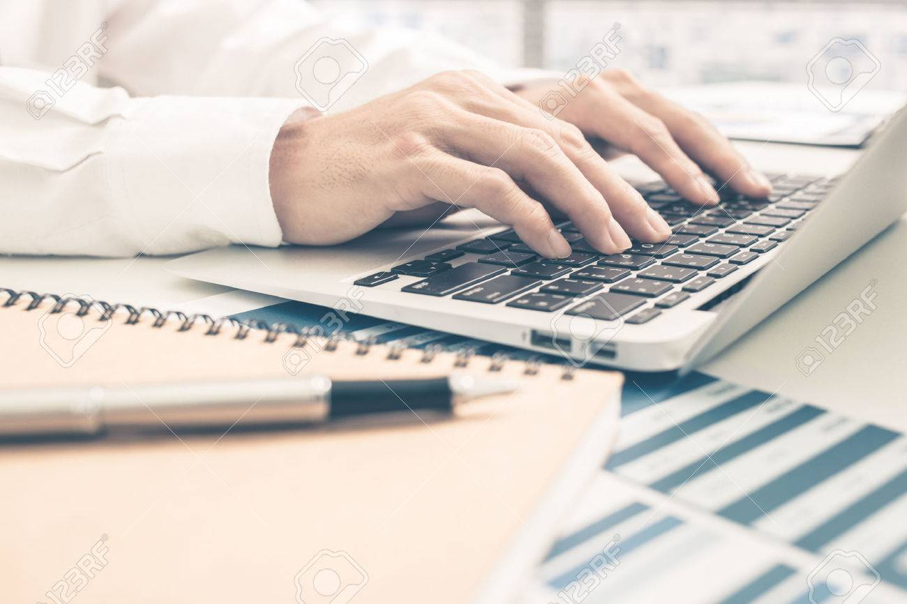 Man Analysis Business Report. Accounting Banque d'images - 51957263