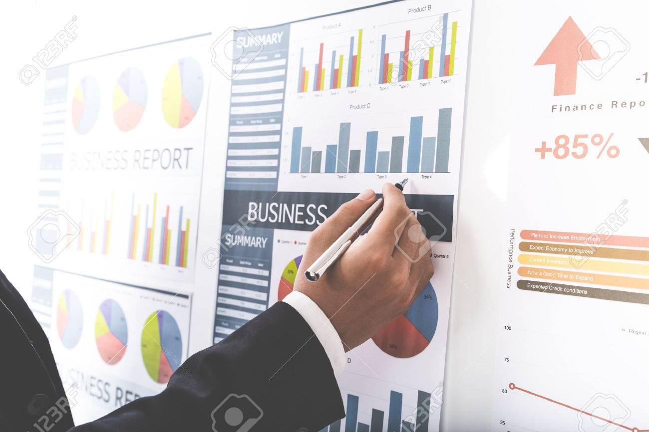 Businessman analyse graphiques d'investissement. Comptabilité Banque d'images - 52346211