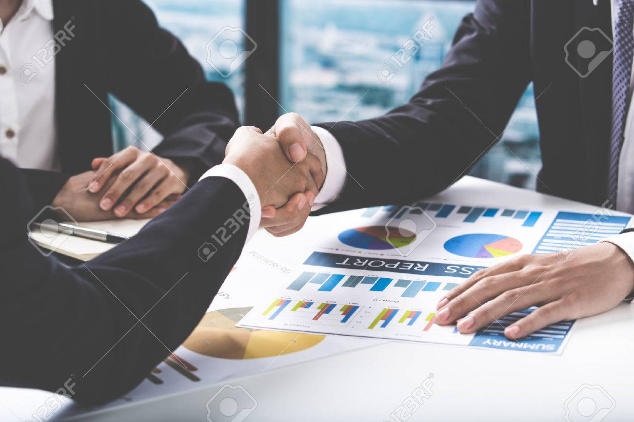 Business handshake and business people Banque d'images - 54430674