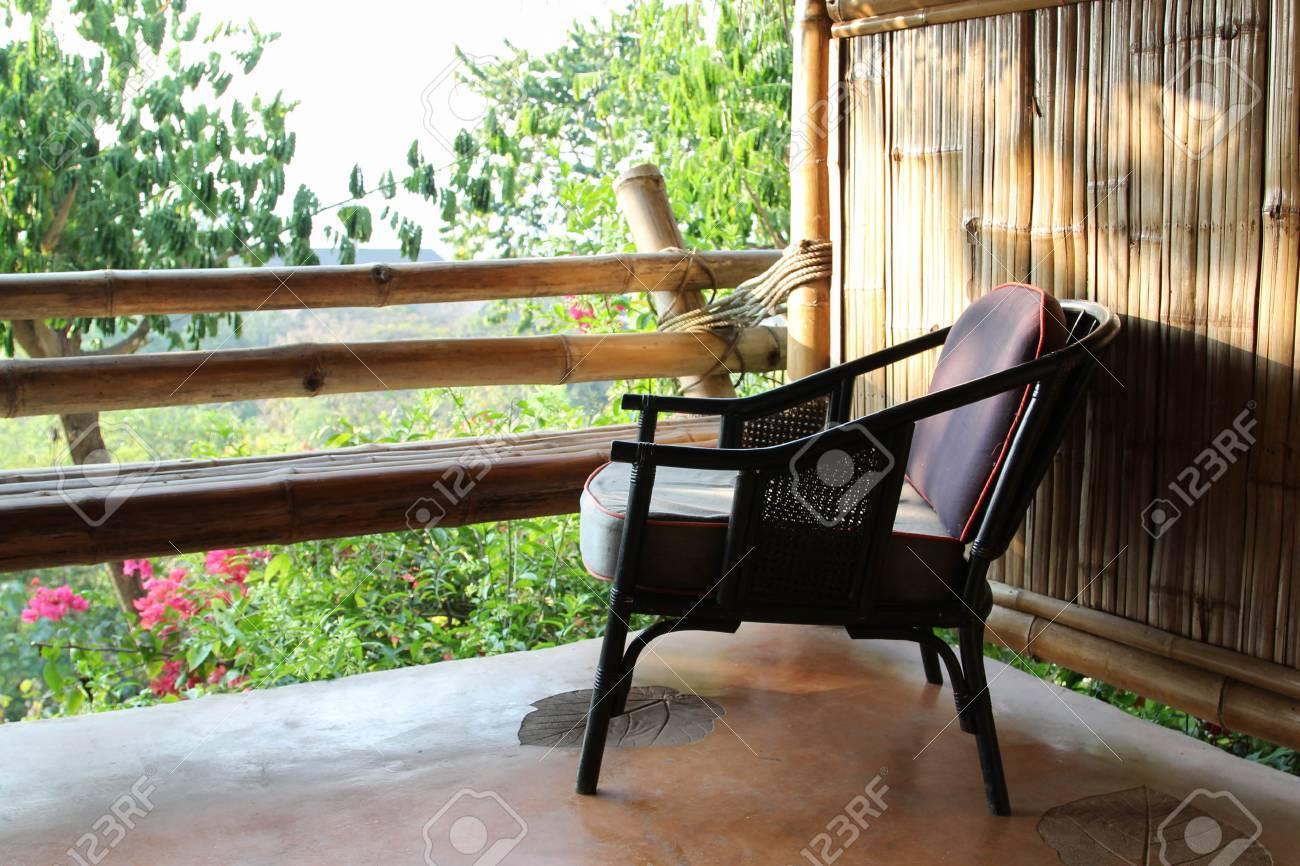 terrasse extérieure coin salon dans la maison de bambou avec une