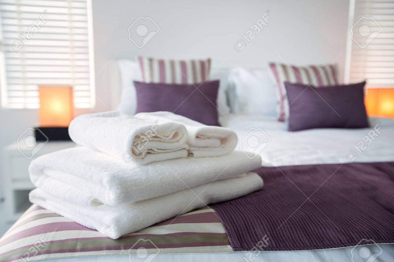 serviettes de bain sur le lit de la chambre d hotel