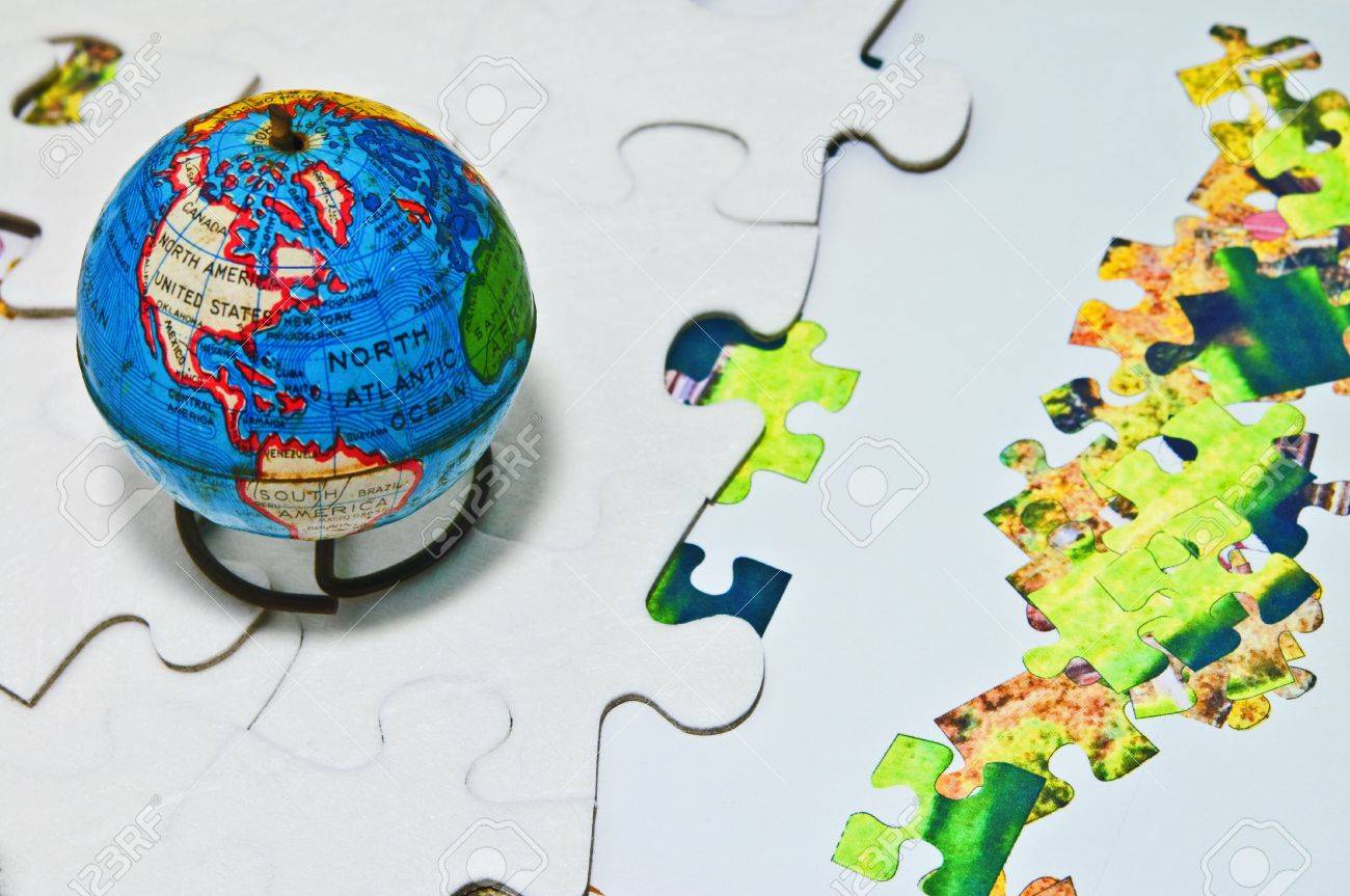 d596327a365 Un Vieux Globe Terrestre Sur Des Pièces De Puzzle Blanches Et Colorées.  Concept Ou Métahor De Suivre Les Changements Dans Le Monde Et D essayer  D ajouter ...