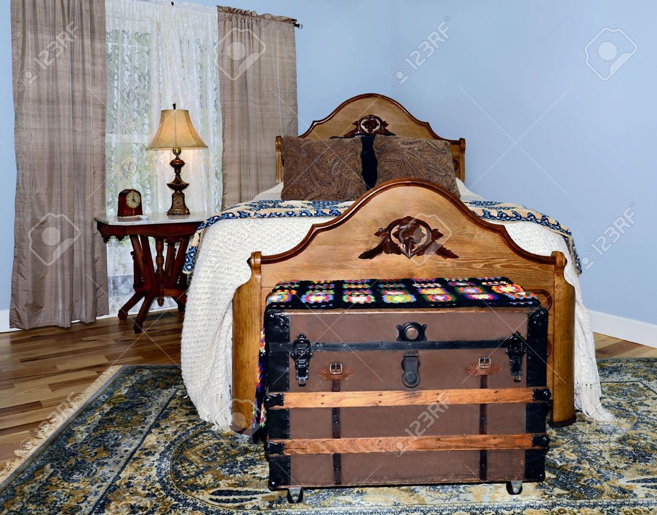 Antieke meubels in een slaapkamer met hickory vloeren een kastanje ...
