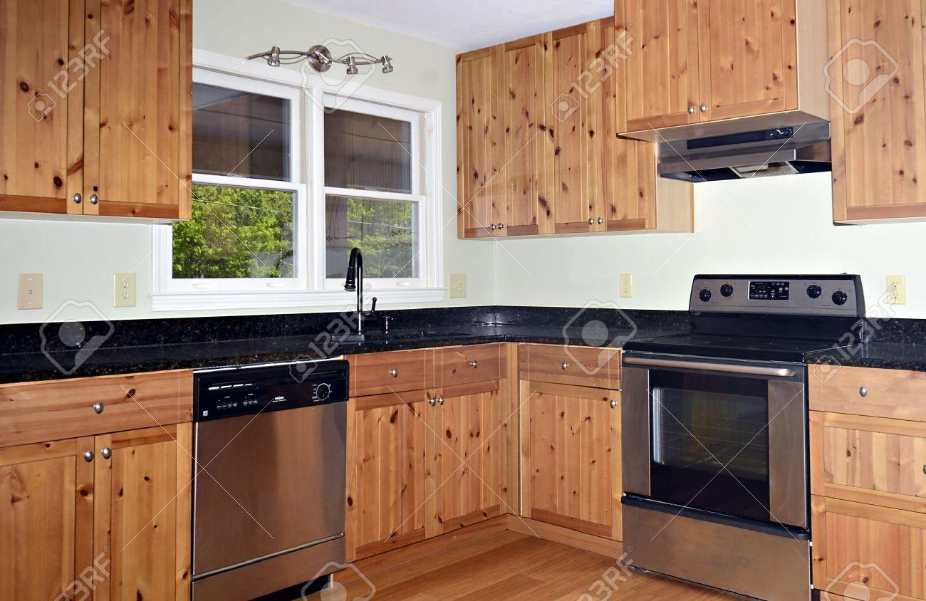 Una Piccola Zona Cucina Con Armadi Pino E Pavimenti In Bambù Foto ...