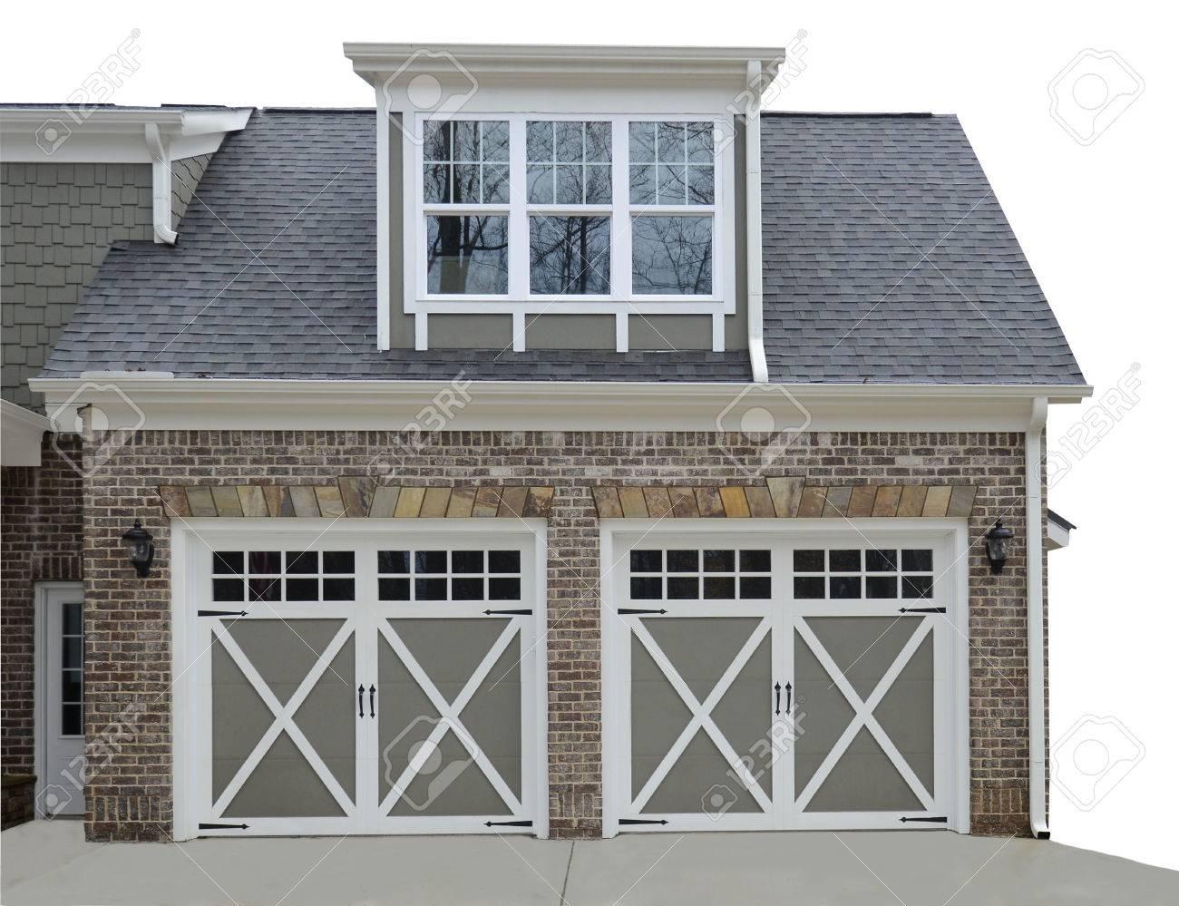 Dubbele deur garage aan de ingang van een nieuw modern huis