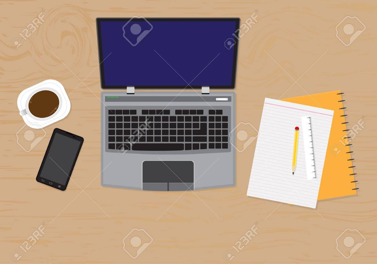 vista dall'alto di scrivania con computer portatile, dispositivi ... - Scrivania Con Computer