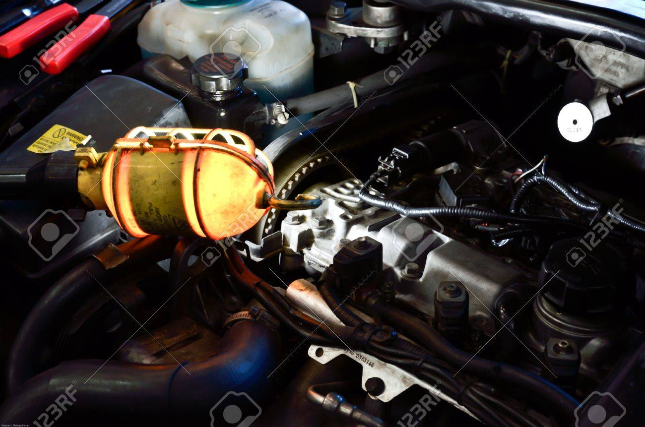 mand find the way to fix car in garage Stock Photo - 12151325