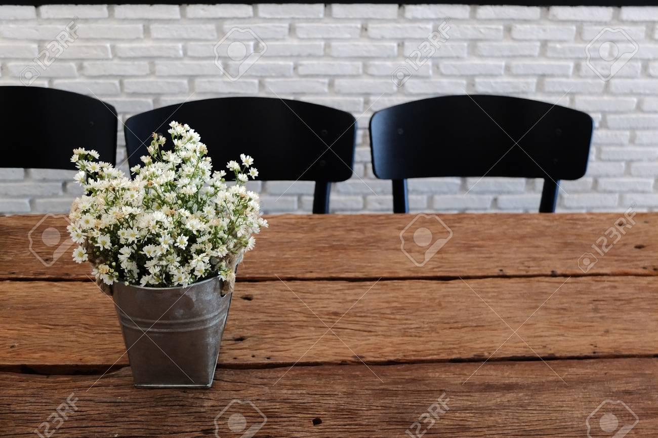 Fleurs Fraiches En Pot De Fleurs Sur La Decoration De Table En Bois