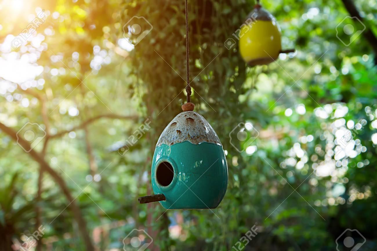 Keramiek Beelden Voor In De Tuin.Vogelhuisjes Gemaakt Van Keramiek In De Tuin