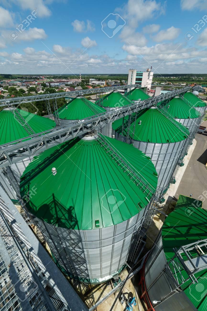 現代の穀倉地帯と緑の屋根金属製...