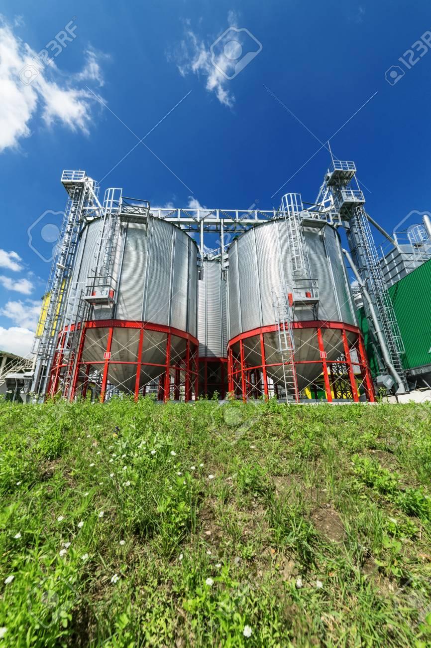 現代の大規模な穀倉地帯。大型の...