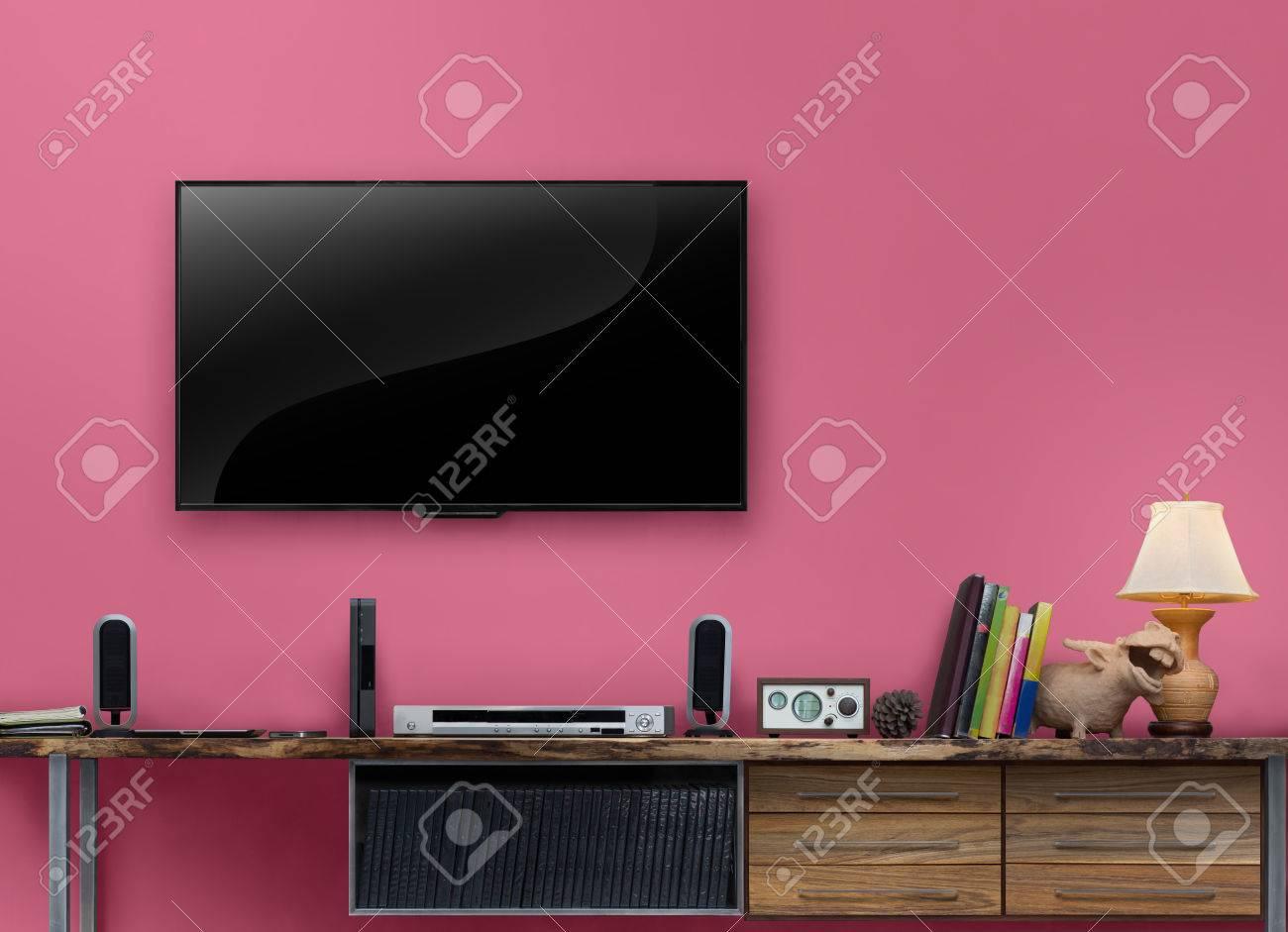 Rosa wande wohnzimmer  Led TV Holztisch Medienmöbel Mit Rosa Wand Im Wohnzimmer Lizenzfreie ...