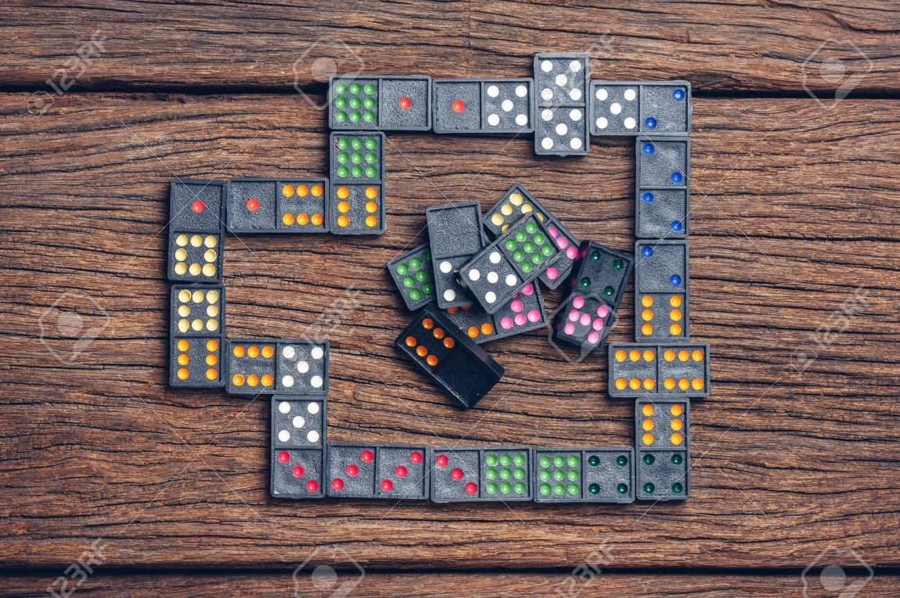 Domino domino è un gioco giocato con piastrelle rettangolari