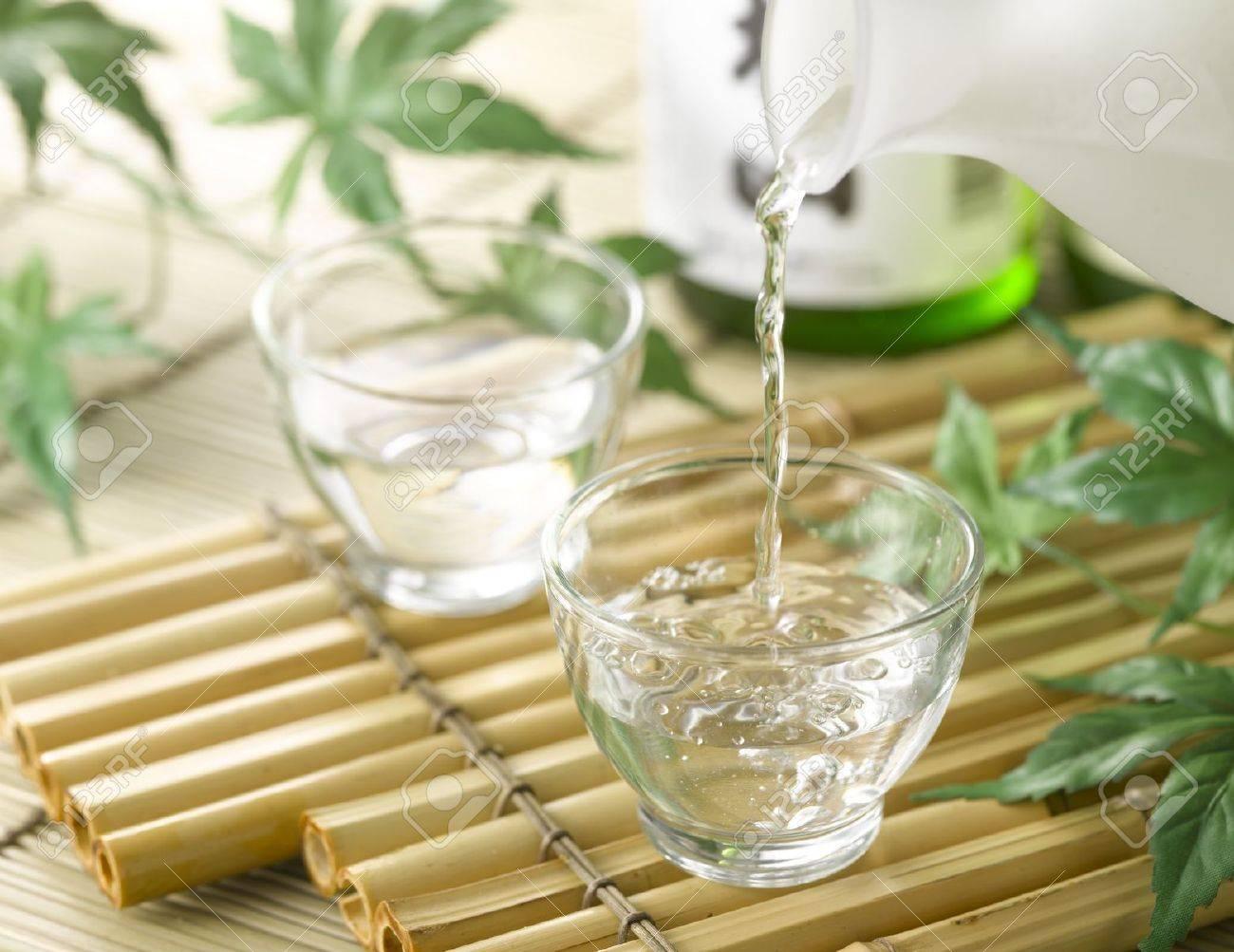 saké sur le bambou bac avec bouteille banque d'images et photos