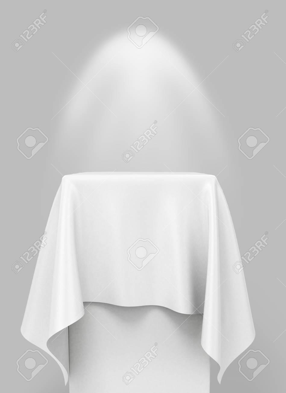 Standard Bild   Weißen Tuch Auf Einem Quadratischen Sockel, Auf Einem  Grauen Hintergrund Mit Beleuchtung