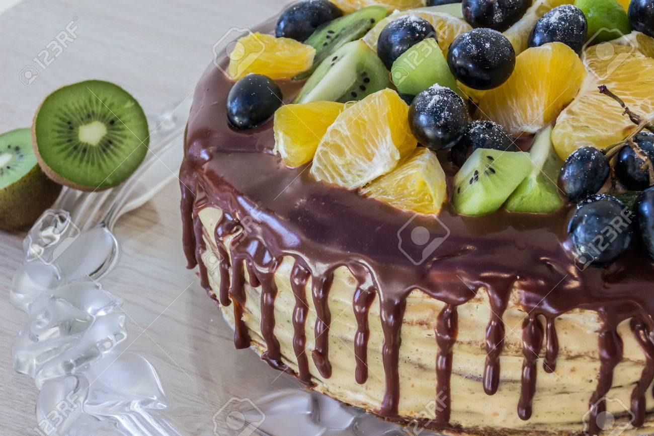 Torta Di Miele Spugna è Decorata Con Frutta E Le Macchie Di ...