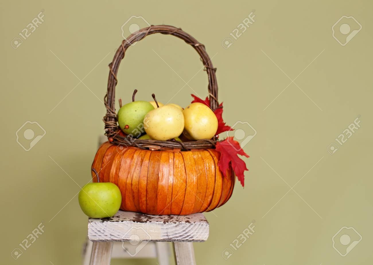 Manzanas Y Calabazas En Cestas De Naranjas De La Armadura, Decoradas ...