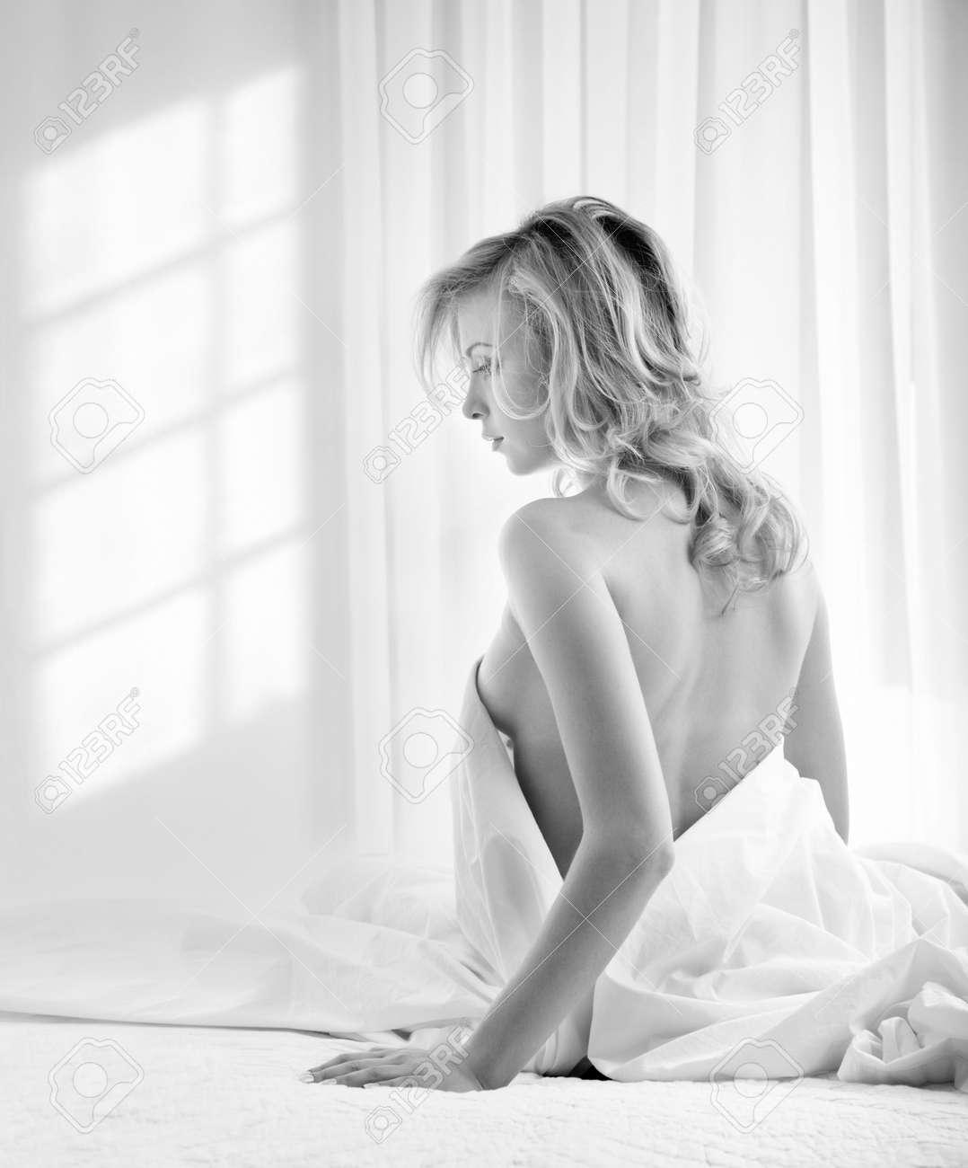 foto in bianco e nero della giovane donna bionda in una camera da ... - Donne In Camera Da Letto