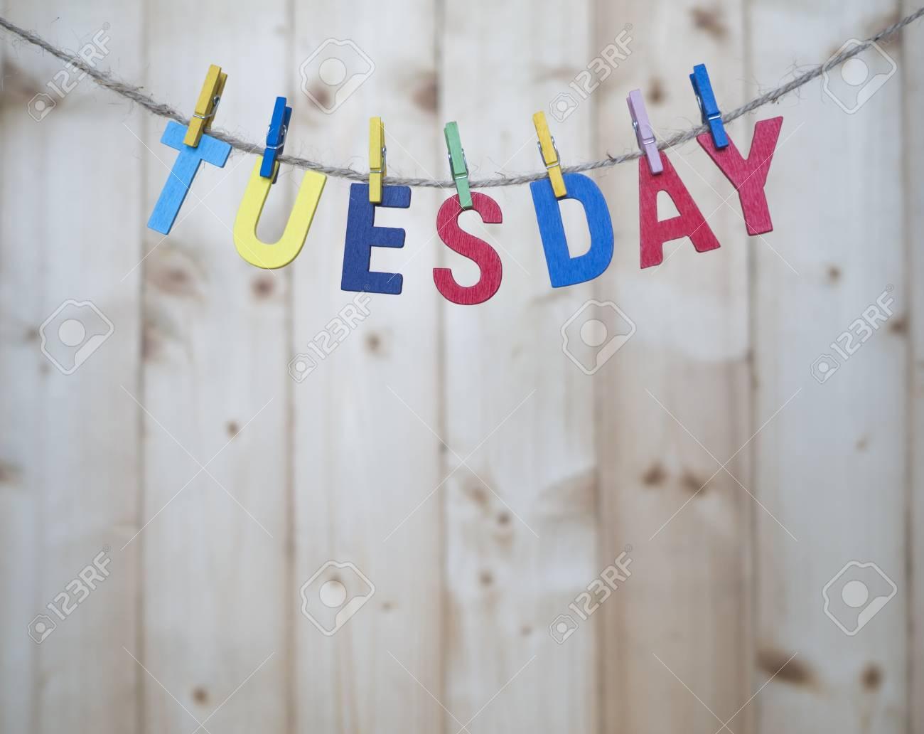 Lettere Di Legno Da Appendere : Martedì parola con lettere di legno appendere con corda su sfondo