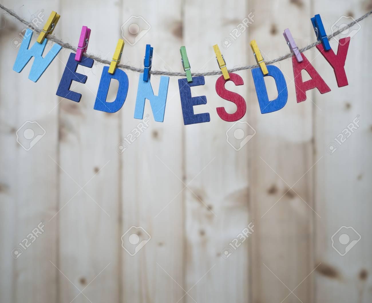 Lettere Di Legno Da Appendere : Mercoledì parola con lettere di legno appendere con corda su