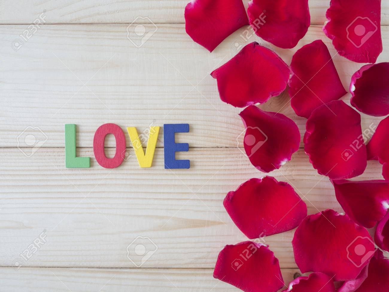 Fleur Rose Rouge Et Mot Love Sur Fond De Bois Concept De L Amour