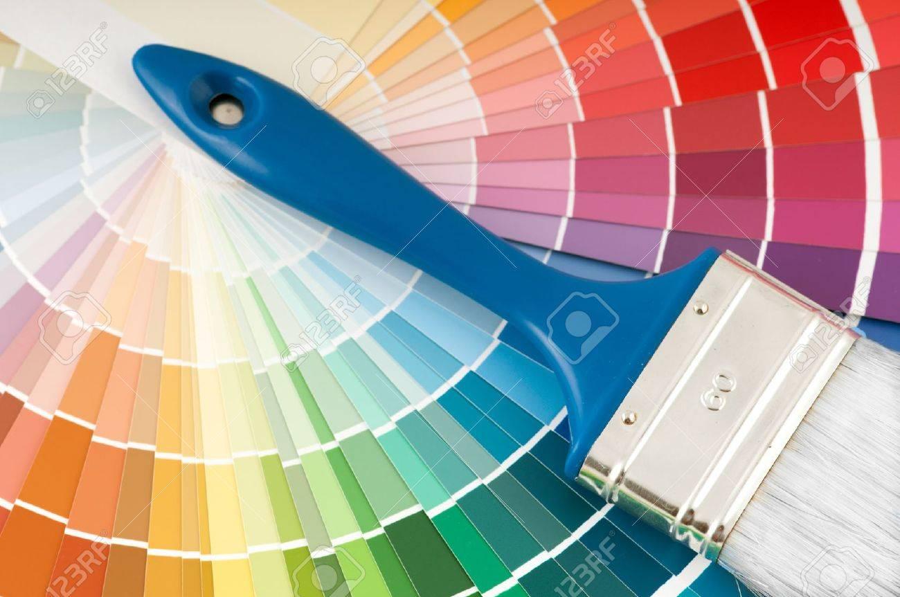foto de archivo paleta de colores y el pincel con mango azul