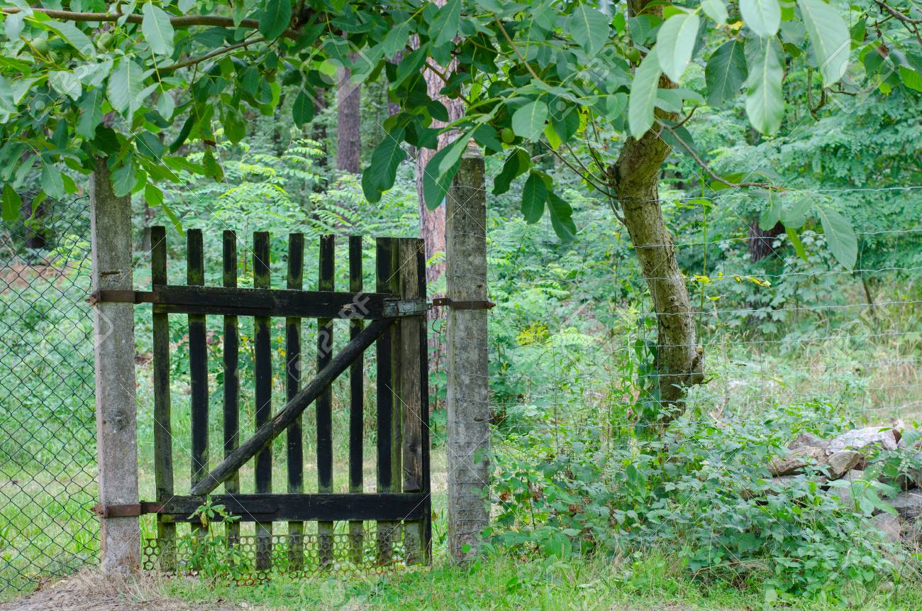 Alten Holzernen Eingang Zu Einem Garten Durch Stein Und Metall Zaun