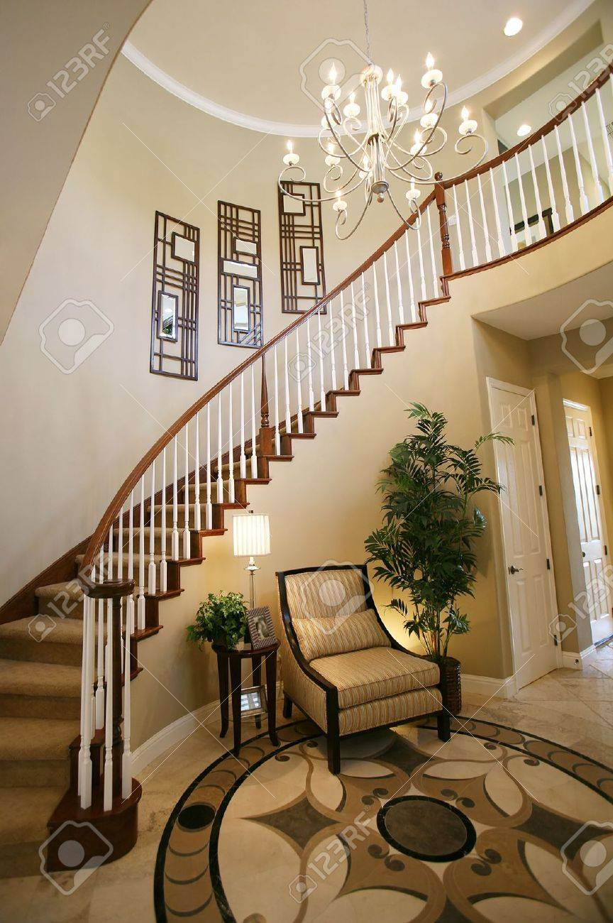 Un Escalier Et L\'entrée Dans Une Belle Maison Intérieur Banque D ...