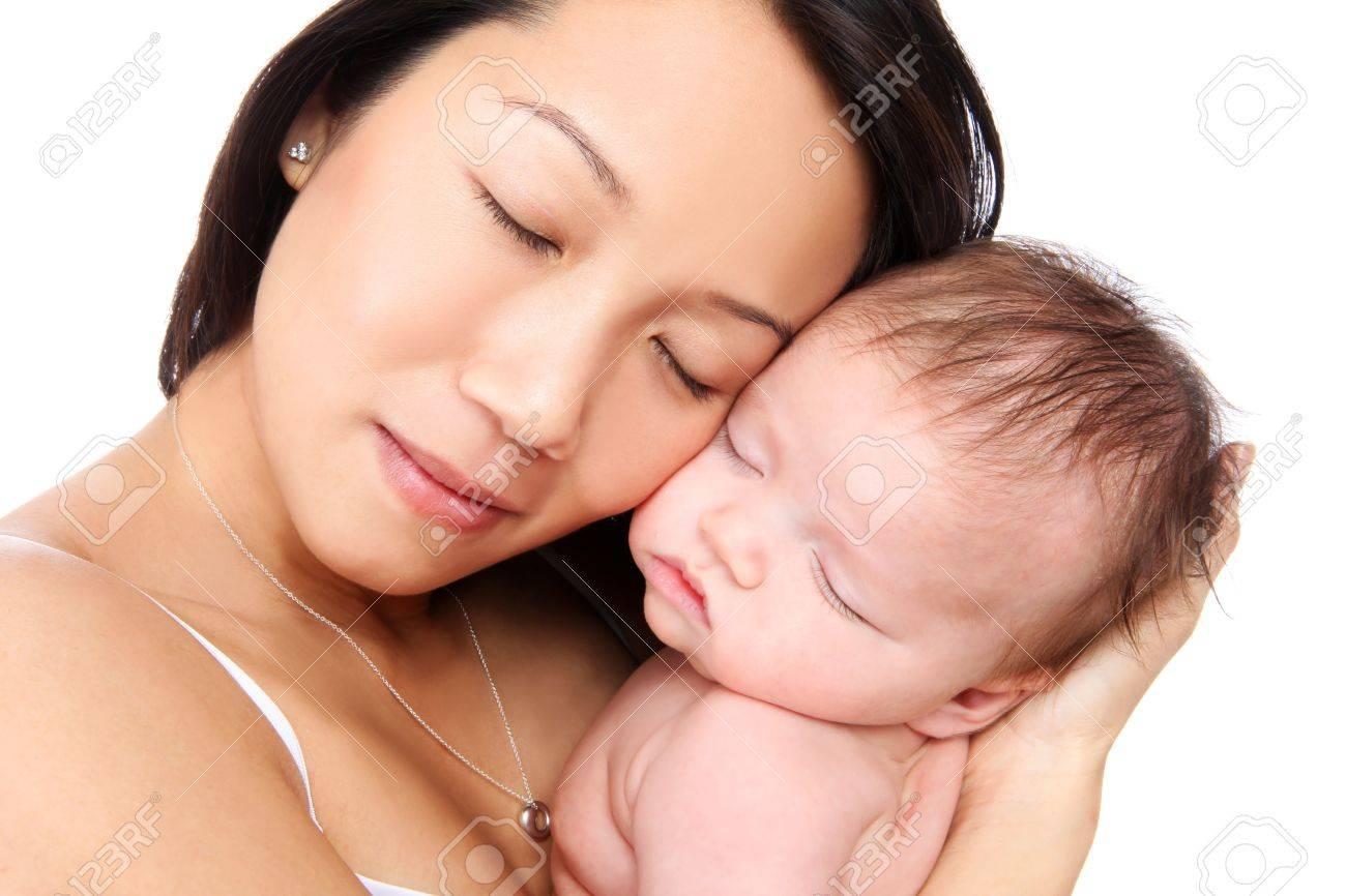 Eine Mutter Holding Baby Sohn Mit Liebe Während Er Schläft