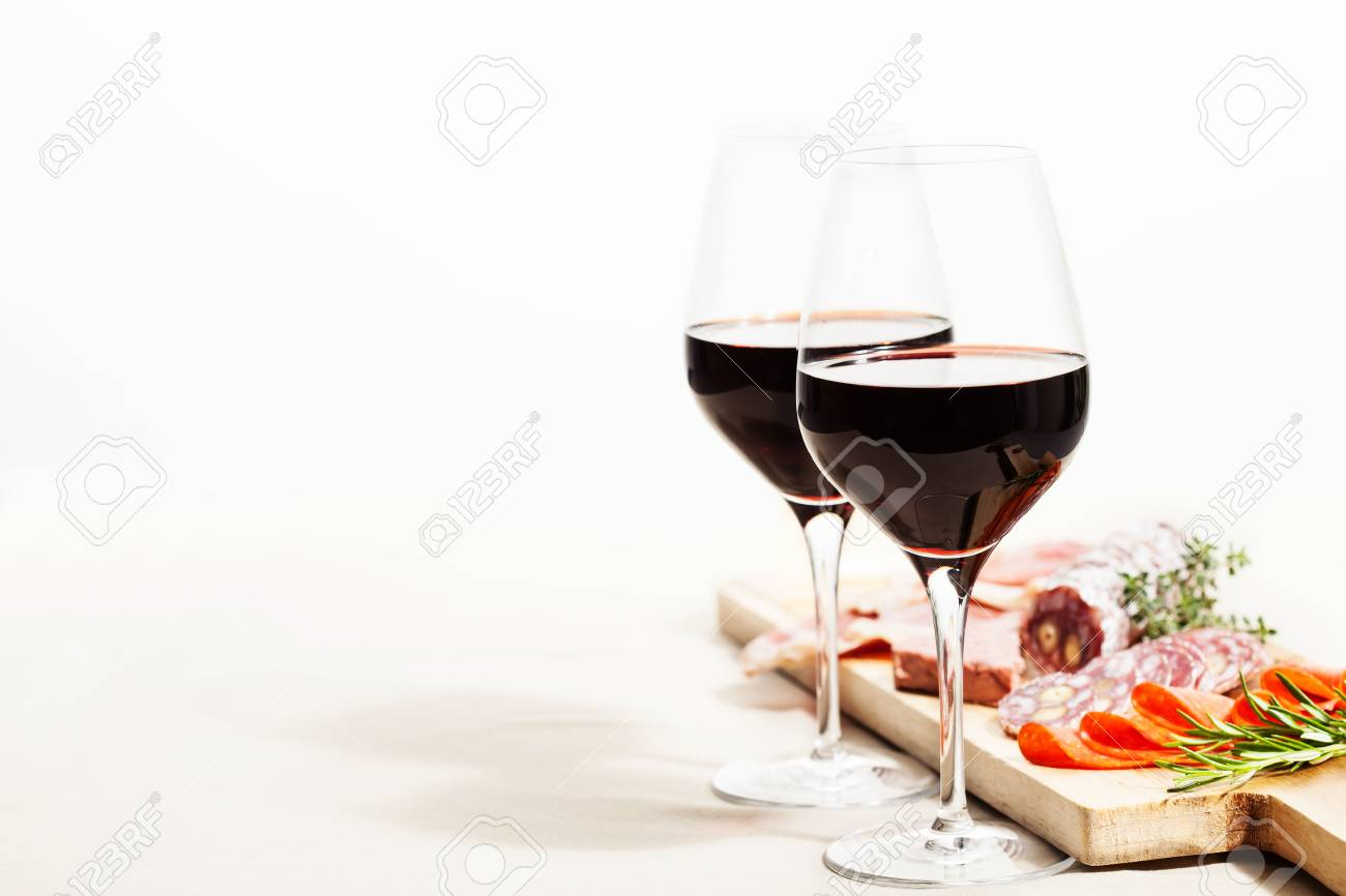 Red wine and charcuterie assortment on the board - 88401665